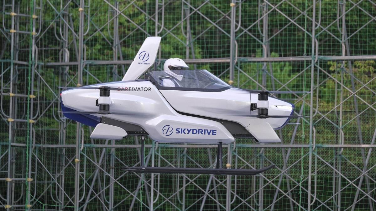 Carro voador japonês faz demonstração de quatro minutos em teste com passageiro